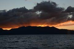 Δονούμενο ηλιοβασίλεμα στη λίμνη Tahoe στοκ φωτογραφίες