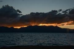Δονούμενο ηλιοβασίλεμα στη λίμνη Tahoe στοκ φωτογραφία με δικαίωμα ελεύθερης χρήσης