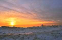 Δονούμενο ηλιοβασίλεμα πέρα από την παγωμένη παραλία Στοκ Φωτογραφία