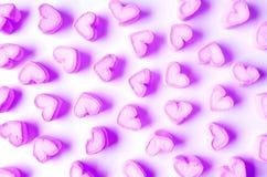 Δονούμενο και πορφυρές διαμορφωμένες καρδιά Marshmallow κρητιδογραφιών καραμέλες που διασκορπίζονται στο άσπρο υπόβαθρο στοκ φωτογραφία με δικαίωμα ελεύθερης χρήσης