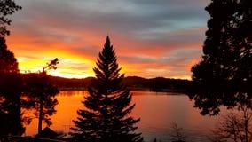 Δονούμενο, κόκκινο χειμερινό ηλιοβασίλεμα Arrowhead λιμνών, Καλιφόρνια Στοκ Φωτογραφίες