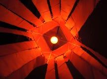 Δονούμενο φανάρι kandeel σαφρανιού κόκκινο με τον πυρακτωμένο λαμπτήρα μέσα στο φανάρι ορατό στοκ εικόνα με δικαίωμα ελεύθερης χρήσης