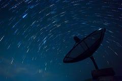 Δορυφορικά ίχνη πιάτων και αστεριών μπλε ουρανός Στοκ φωτογραφίες με δικαίωμα ελεύθερης χρήσης