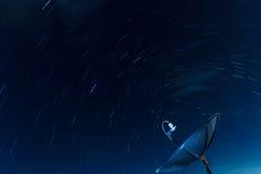 Δορυφορικά ίχνη πιάτων και αστεριών Στοκ φωτογραφία με δικαίωμα ελεύθερης χρήσης