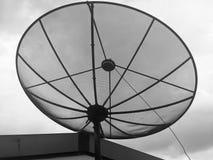 Δορυφορικά πιάτα πάνω από την οικοδόμηση Στοκ Εικόνα