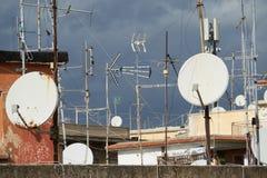 Δορυφορικά πιάτα των παραβολικών κεραιών στοκ φωτογραφία με δικαίωμα ελεύθερης χρήσης