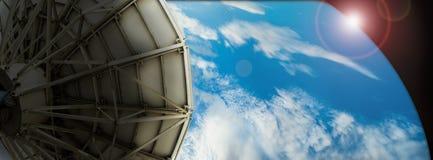 Δορυφορικά στοιχεία μετάδοσης πιάτων όσον αφορά το ψηφιακό μπλε υποβάθρου στοκ φωτογραφίες