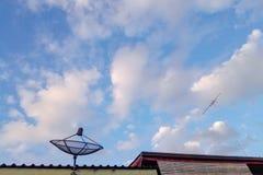 Δορυφορικές πιάτο και κεραία Ψηφιακός και αναλογικός Στοκ Εικόνα