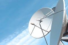 Δορυφορικές πιάτο και κεραία Στοκ Εικόνες