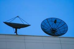 δορυφορικό ηλιοβασίλεμα δύο πιάτων Στοκ Εικόνες