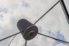 Δορυφορικό πιάτο δεκτών κυμάτων σημάτων για την τηλεόραση Στοκ Φωτογραφία