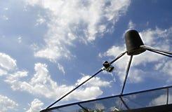 Δορυφορικό πιάτο δεκτών κυμάτων σημάτων για την τηλεόραση Στοκ Φωτογραφίες