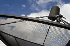 Δορυφορικό πιάτο δεκτών κυμάτων σημάτων για την τηλεόραση Στοκ φωτογραφία με δικαίωμα ελεύθερης χρήσης