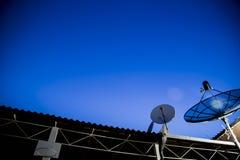 Δορυφορικό πιάτο κάτω από τον έναστρο νυχτερινό ουρανό Στοκ φωτογραφία με δικαίωμα ελεύθερης χρήσης