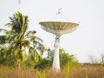 Δορυφορικό πιάτο που λαμβάνει το σήμα στοιχείων για την επικοινωνία Στοκ Φωτογραφίες