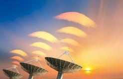 Δορυφορικό πιάτο που λαμβάνει το σήμα στοιχείων για την επικοινωνία Στοκ Εικόνες