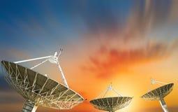 Δορυφορικό πιάτο που λαμβάνει το σήμα στοιχείων για την επικοινωνία Στοκ Φωτογραφία