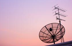 Δορυφορικό πιάτο στο φως βραδιού Στοκ εικόνες με δικαίωμα ελεύθερης χρήσης
