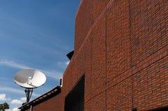 Δορυφορικό antena στο κτήριο Στοκ εικόνα με δικαίωμα ελεύθερης χρήσης