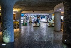 ΔΟΥΒΛΙΝΟ, ΙΡΛΑΝΔΙΑ - 17 ΦΕΒΡΟΥΑΡΊΟΥ 2017: Οι απότομοι βράχοι της έλξης Moher Άποψη μέσα στο κατάστημα δώρων κάτω από το έδαφος στοκ εικόνες