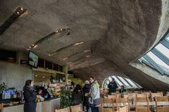 ΔΟΥΒΛΙΝΟ, ΙΡΛΑΝΔΙΑ - 17 ΦΕΒΡΟΥΑΡΊΟΥ 2017: Οι απότομοι βράχοι της έλξης Moher Άποψη μέσα στο εστιατόριο κάτω από το έδαφος στοκ εικόνα με δικαίωμα ελεύθερης χρήσης