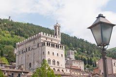 Δουκικό παλάτι που βλέπουν από κάτω από και χαρακτηριστικός λαμπτήρας οδών στοκ εικόνα