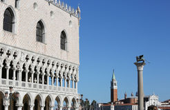 Δουκικό παλάτι και ο πύργος κουδουνιών της εκκλησίας Αγίου George στη Βενετία Στοκ φωτογραφίες με δικαίωμα ελεύθερης χρήσης