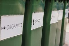 Δοχεία ανακύκλωσης πλεονεξίας Στοκ φωτογραφία με δικαίωμα ελεύθερης χρήσης
