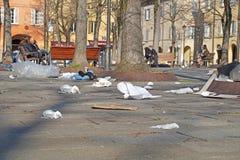 Δοχεία απορριμάτων Δοχεία Wheelie Τσάντες απορριμμάτων Τα σκουπίδια διασκόρπισαν έξω πέρα από το δρόμο στην προαστιακή οδό Ανακυκ στοκ φωτογραφία με δικαίωμα ελεύθερης χρήσης