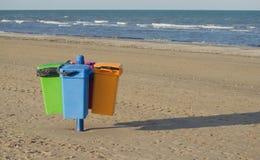 Δοχεία απορριμάτων στην παραλία Στοκ φωτογραφίες με δικαίωμα ελεύθερης χρήσης