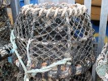 Δοχεία καβουριών ή αστακών και καθαρός για τα ψάρια Στοκ Φωτογραφίες