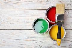 Δοχεία με το χρώμα και τη βούρτσα στοκ εικόνες με δικαίωμα ελεύθερης χρήσης