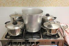 Δοχεία στη βιομηχανική κουζίνα στη σόμπα μέσα στο restauran Στοκ φωτογραφίες με δικαίωμα ελεύθερης χρήσης