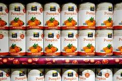 Δοχεία του πουρέ κολοκύθας από ολόκληρη την αγορά τροφίμων Στοκ Εικόνα