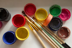 Δοχεία του χρώματος και μιας βούρτσας Στοκ Εικόνες