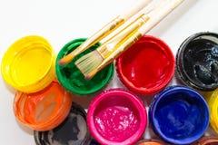 Δοχεία του χρώματος και μιας βούρτσας στοκ εικόνα με δικαίωμα ελεύθερης χρήσης