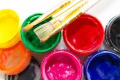 Δοχεία του χρώματος και μιας βούρτσας Στοκ εικόνες με δικαίωμα ελεύθερης χρήσης