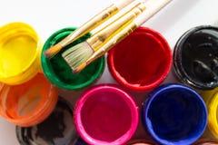 Δοχεία του χρώματος και μιας βούρτσας Στοκ Φωτογραφίες