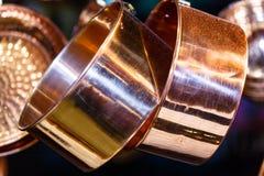 Δοχεία χαλκού και άλλα εργαλεία που κρεμούν στους γάντζους από το ανώτατο όριο Στοκ εικόνα με δικαίωμα ελεύθερης χρήσης