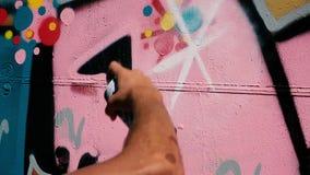 Δοχεία ψεκασμού που χρωματίζουν στον τοίχο απόθεμα βίντεο