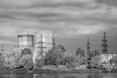 Δοχεία ψύξης των εγκαταστάσεων θερμικής παραγωγής ενέργειας στον ποταμό στοκ φωτογραφίες
