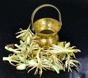 Δοχείο ή Kamandal νερού ορείχαλκου προσευχής Hinduism με τα λουλούδια της Jasmine Στοκ Φωτογραφία