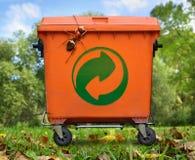 Δοχείο απορριμάτων και μεγάλο μυρμήγκι Στοκ εικόνα με δικαίωμα ελεύθερης χρήσης