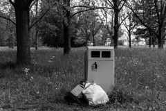 Δοχείο απορριμμάτων απορριμάτων κατά μέρος Στοκ εικόνα με δικαίωμα ελεύθερης χρήσης