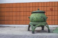 Δοχείο απορριμμάτων μπροστά από έναν τουβλότοιχο Στοκ Φωτογραφίες