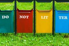 Δοχείο απορριμμάτων τεσσάρων χρωμάτων στο πάρκο με την επιγραφή στοκ εικόνες με δικαίωμα ελεύθερης χρήσης