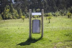 Δοχείο απορριμμάτων φιαγμένο από ξύλο και κασσίτερο σε ένα οικολογικό πάρκο Έννοια ανακύκλωσης Στοκ Φωτογραφία