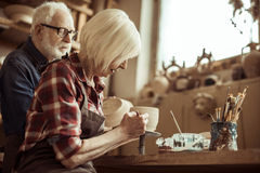 Δοχείο αργίλου ζωγραφικής γυναικών με τον ανώτερο αγγειοπλάστη Στοκ εικόνες με δικαίωμα ελεύθερης χρήσης