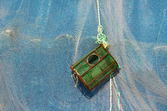 Δοχείο αστακών ή παγίδα καβουριών ενάντια σε ένα δίχτυ του ψαρέματος Στοκ Φωτογραφίες