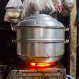 Δοχείο ατμοπλοίων τροφίμων στη σόμπα Στοκ Φωτογραφίες
